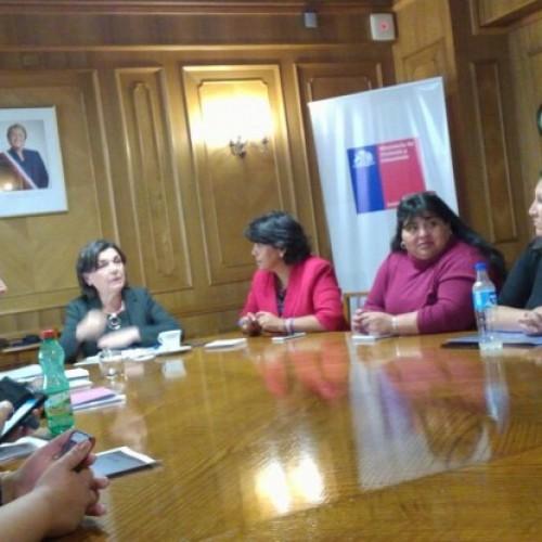 Ministra de la vivienda se reúne en Santiago con dirigentes de comités de vivienda de Caldera